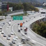 Der Ständerat will, dass der Bund mehr an die Autobahnen zahlt. Die Autofahrer hingegen kommen mit einem blauen Auge davon. (Bild: sda)